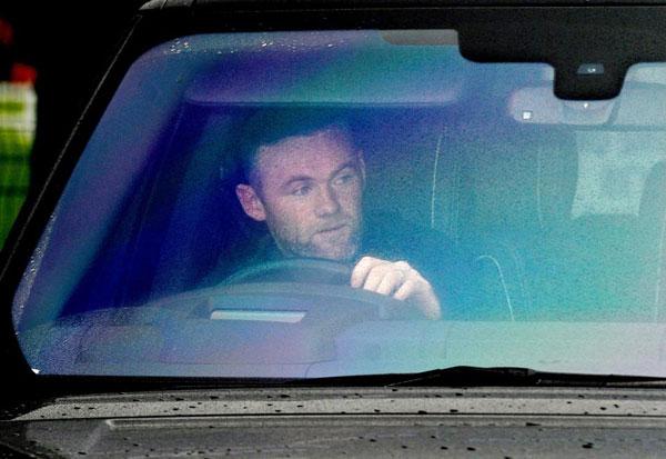 Rooney vẫn đeo nhẫn cưới, đi tập với các đồng đội Everton sáng 5/9.