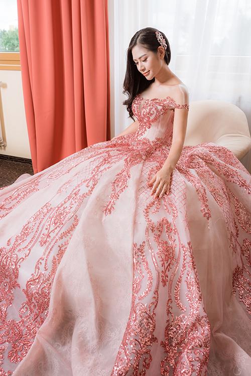Mùa cưới 2017 là sự lên ngôi của những bộ soiree đính ren và hoa lộng lẫy, cầu kỳ với tùng váy xoè bồng thướt tha. Những bộ váy này thường được may bằng những chất liệu cao cấp để làm nổi bật dáng váy và sự sang trọng.