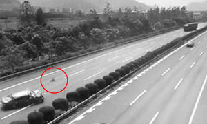 Lái xe trong lúc buồn ngủ, cha khiến con gái ngã văng ra cao tốc
