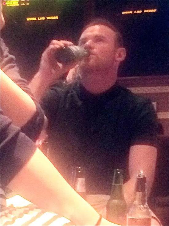 Rooney đổ lỗi cho việc vợ hay đi nghỉ mát khiến anh phải tới quán rượu giải khuây.