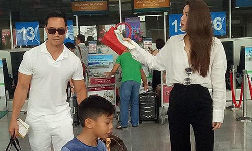 Lộ ảnh Kim Lý xách hành lý cho mẹ con Hồ Ngọc Hà ở sân bay