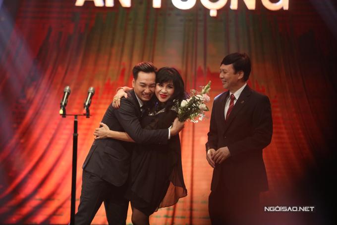 Thành Trung hạnh phúc ôm chầm lấy ca sĩ Thanh Lam khi nhận giải MC ấn tượng.