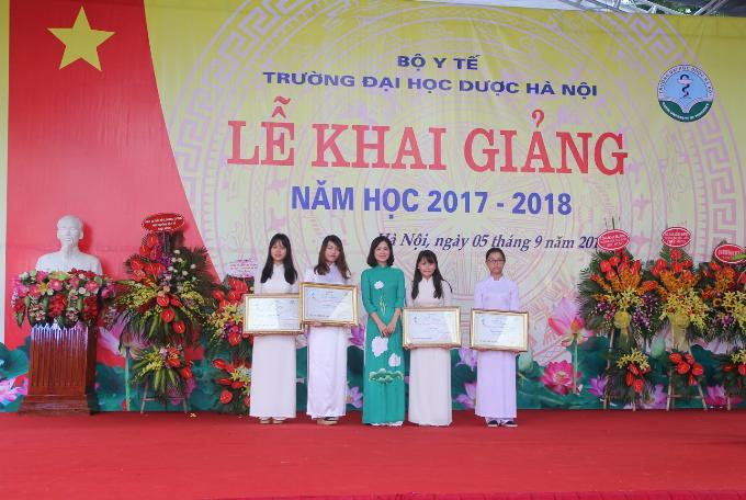 da-huong-trao-hoc-bong-cho-nu-sinh-truong-duoc