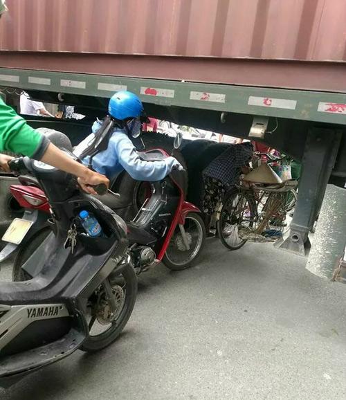 xe-container-chan-ngang-duong-dan-chui-gam-de-luu-thong