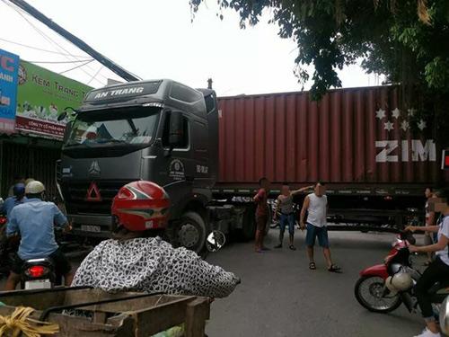xe-container-chan-ngang-duong-dan-chui-gam-de-luu-thong-1