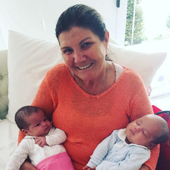 Bà Dolores bế cặp song sinh Eva và Mateo
