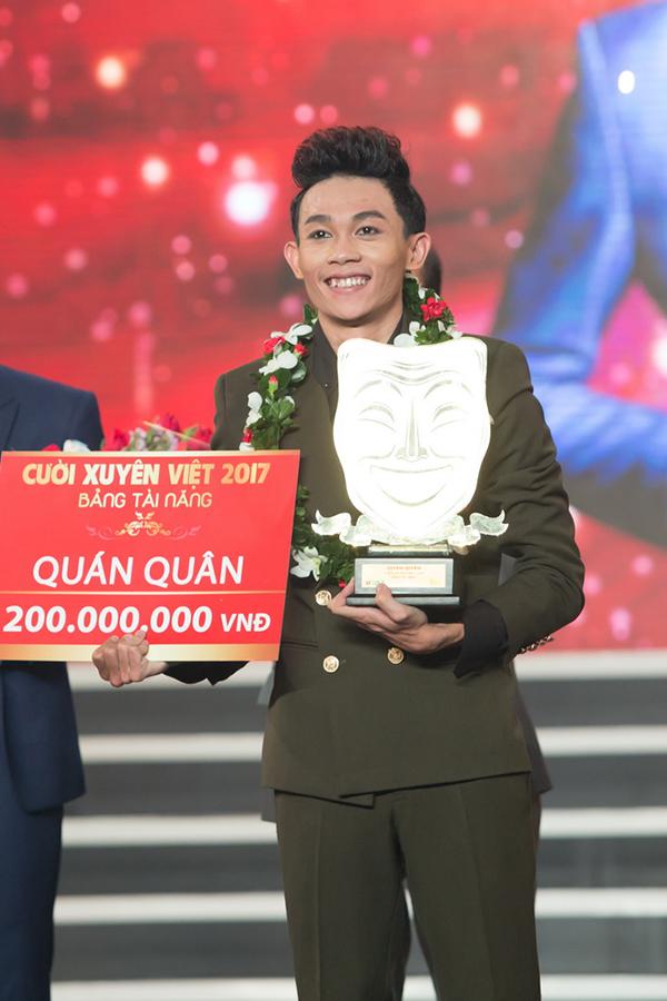 quan-quan-cuoi-xuyen-viet-2017-hong-thanh-duoc-ban-gai-ung-ho-trong-dem-chung-ket-2
