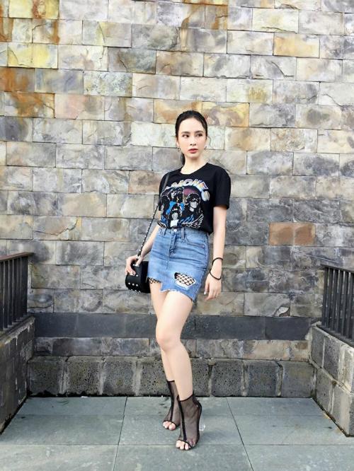 Angela Phương Trinh quay trở lại với phong cách cá tính, trẻ trung.