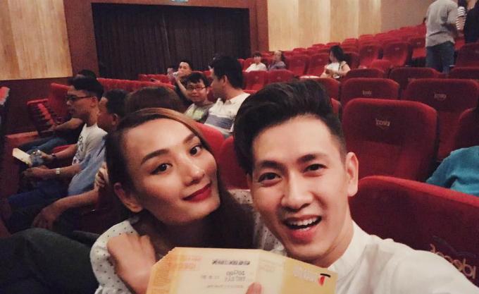 Tối thứ 7, Lê Thuý và ông xã tình tứ đi xem kịch. Đỗ An viết: Lâu rồi mới dẫn bồ đi xem kịch. Mà kịch cười không nhịn được từ đầu đến cuối.