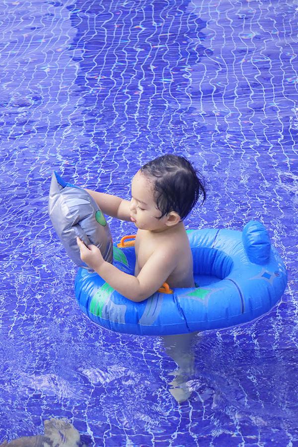 khanh-thi-mac-bikini-goi-cam-vui-dua-cung-con-trai-9