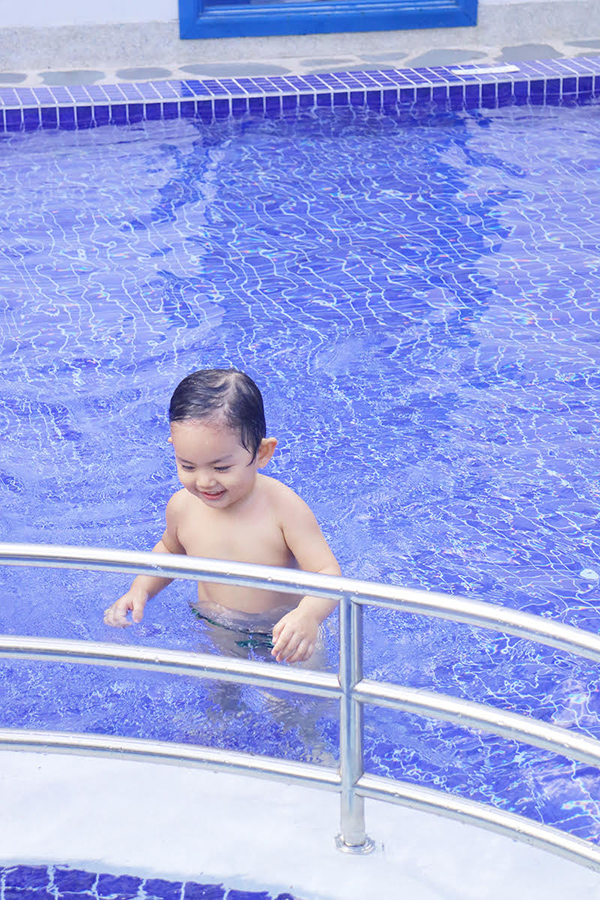 khanh-thi-mac-bikini-goi-cam-vui-dua-cung-con-trai-6