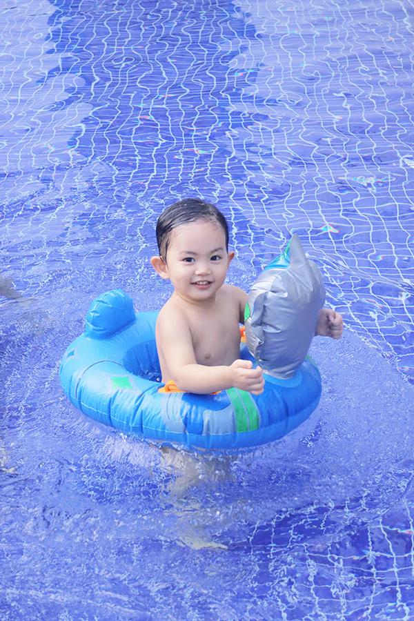 khanh-thi-mac-bikini-goi-cam-vui-dua-cung-con-trai-8
