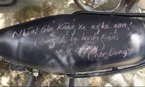Thầy giáo viết chữ kín yên xe, nhắc nhở học sinh lắp gương xe máy