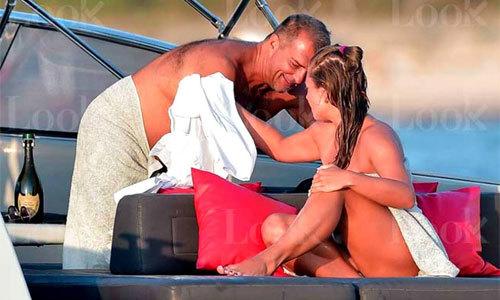 Cựu chủ tịch Barca vui vẻ bên gái trẻ ngực trần