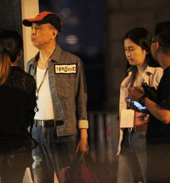 Tờ ON ghi lại một số hình ảnh của ca sĩ Diệp Chấn Đường, khi ông xuất hiện trên phố cùng một
