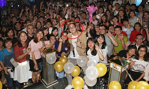 Hơn 1.000 người 'rồng rắn' đi dự sinh nhật Bùi Anh Tuấn