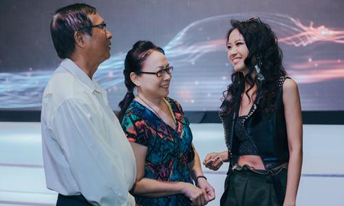 Bố mẹ Suboi chúc mừng con gái trở thành đại sứ xe hơi