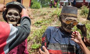 Tập tục đem hài cốt người thân diễu hành ở Indonesia