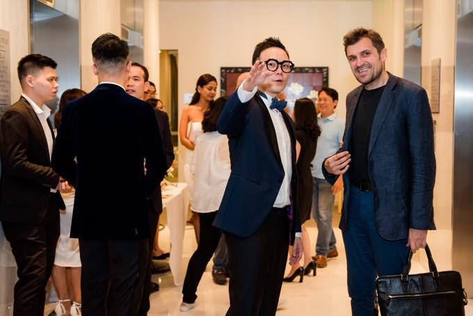Ông Sung Hoon đang tiếp đón một vị khách, giới thiệu và chia sẻ ý tưởng hình thành nên không gian ẩm thực châu Á hiện đại MAD Society.