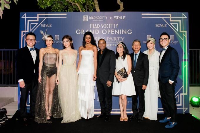 Trong danh sách khách mời tham dự buổi tiệc, MAD Society đã có hân hạnh tiếp đón Đại sứ Haiti và phu nhân. Trong hình, ngài đại sứ đứng ở chính giữa với phu nhân đứng bên tay trái.