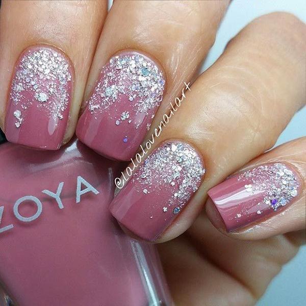 Màu hồng vỏ đỗ sẽ không khiến làn da ngăm trông tối đi nhờ những hạt nhũ lấp lánh.