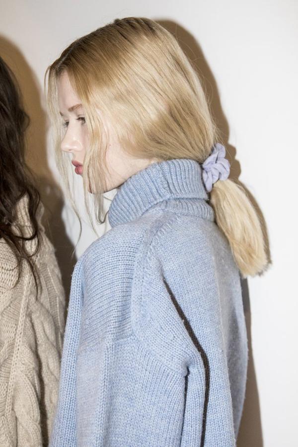 Nhà mốt Mansur Gavriel gây bất ngờ khi để các người mẫu xuất hiện trên sàn diễn tại Tuần lễ Thời trang New York với kiểu tóc buộc thấp sử dụng những chiếc chun vải nhung không thể đơn giản hơn.