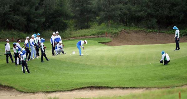 nguoi-choi-golf-dua-tranh-giai-thuong-20-ty-dong-tai-giai-dau-o-sam-son