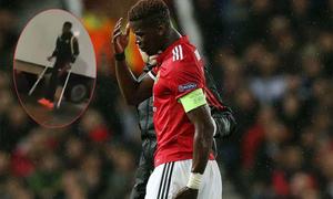 Pogba chống nạng rời sân sau trận thắng ra quân ở Champions League
