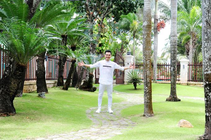 ca-si-lam-hung-khoe-nha-vuon-dep-nhu-resort-o-kien-giang