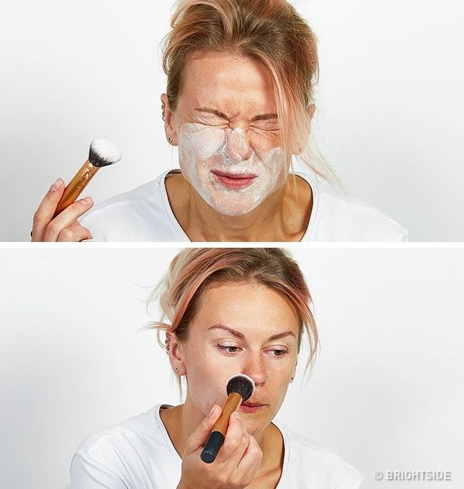 Dặm phấn bột thật dày lên mặt không giúp lớp trang điểm giữ màu lâu hơn mà chỉ khiến lớp nền đóng bánh, kém tự nhiên.
