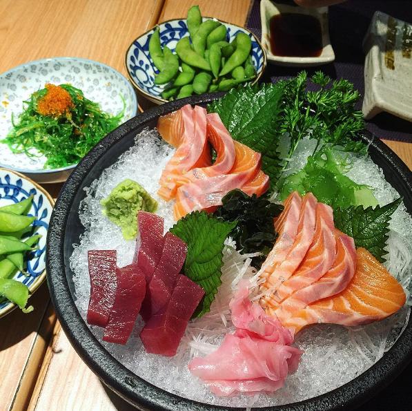 Các món ăn không chỉ đảm bảo về chất lượng mà còn được bài trí một cách tinh tế.Từ nay bạn sẽ không còn phải đi đâu xa để thưởng thức Sashimi với những miếng cá tươi rói, nồng nàn vị biển, ngọt mát tan ngay trong miệng.