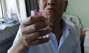 Cụ ông 71 tuổi nghiện ăn thủy tinh