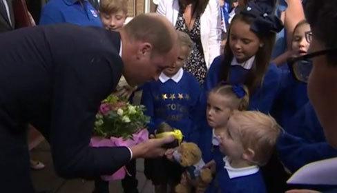 Hoàng tử William được bé trai 4 tuổi tặng quả bơ chữa nghén cho vợ