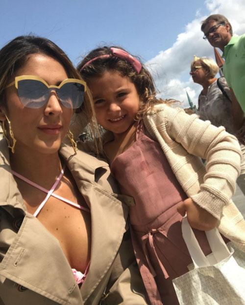 Daniela Ospina và con gái cưng Salome trong một buổi đi chơi.