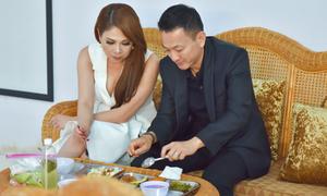 Bạn trai ăn cơm bình dân cùng Thanh Thảo ở phim trường