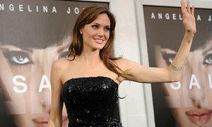 Jolie: 'Tôi từng mặc váy dính nước tiểu của con đến thảm đỏ'