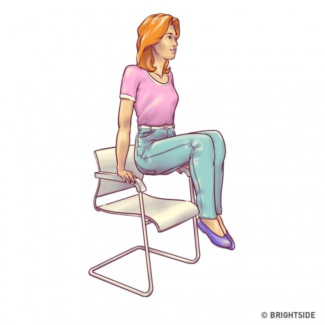 Ngồi ở mép ghế, hai tay đặt lên thành ghế, dùng lực bắp tay và cơ lưng, bụng hông nhấc người lên khỏi mặt ghế, hai chân co vuông góc 20 lần.