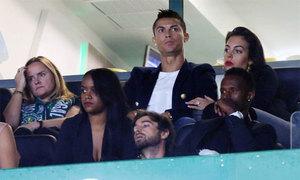 Rộ tin C. Ronaldo sắp cưới vì bạn gái lộ nhẫn đính hôn