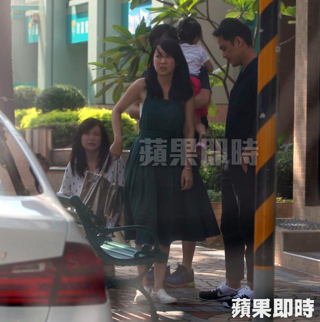 Tờ Apple Daily ghi lại hình ảnh của Minh Đạo và bạn gái Vương Đình Huyên, khi hai người ra khỏi một chiếc taxi trên phố East Road