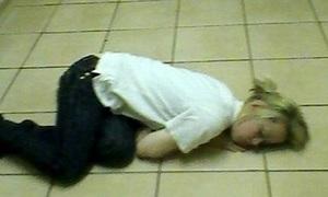 Người phụ nữ mắc bệnh hễ phấn khích là lăn ra ngủ