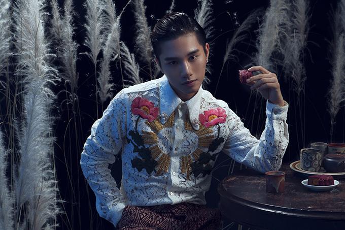 Kèm với 2 teaser cho MV, Juun Đăng Dũng cũng thực hiện bộ ảnh hóa thân thành chú Cuội đầy sáng tạo. Bộ ảnh được pha trộn phong cách hiện đại với cổ điển, với trang phục mới lạ được thiết kế đậm dấu ấn phương Đông.