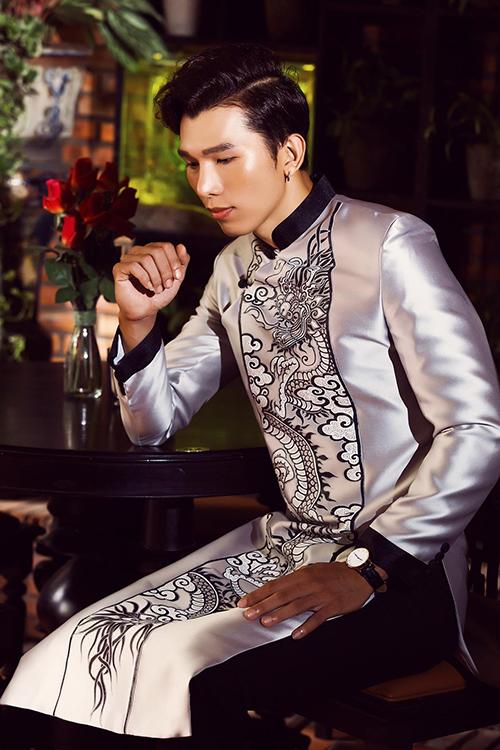 Á vương Ngọc Tình nam tính khi diện áo dài chú rể