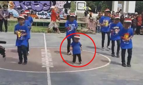 Cậu bé nhảy điêu luyện khiến nhiều người chú ý