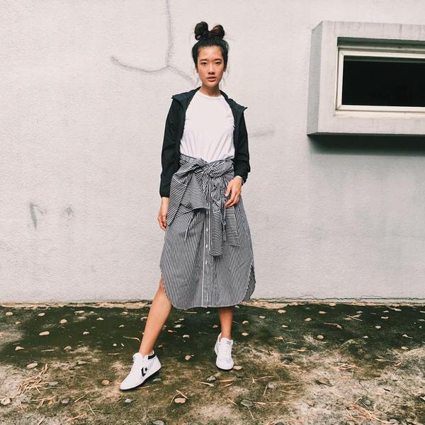Khi diện các mẫu váy xòe, váy midi, nữ diễn viên cũng gây ấn tượng không kém về độ cá tính của mình trong gu ăn mặc.