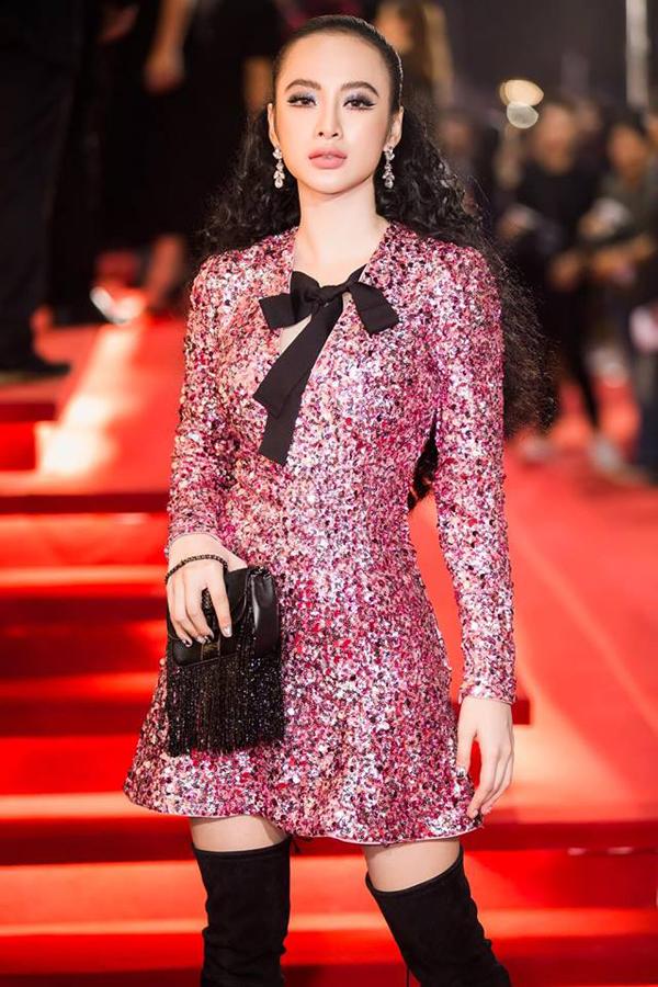 Vẫn là cách sử dụng mẫu váy khoe khéo chân thon, nhưng ở mỗi bối cảnh và không gian khác nhau Angela Phương Trinh lại có cách chọn trang phục, phối phụ kiện để mang đến sự hòa hợp.