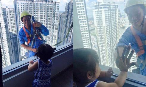 Khoảnh khắc đẹp khi thợ lau kính trò chuyện với bé gái
