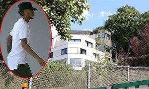 Neymar sống chung với gần 20 người thân ở biệt thự tại Paris