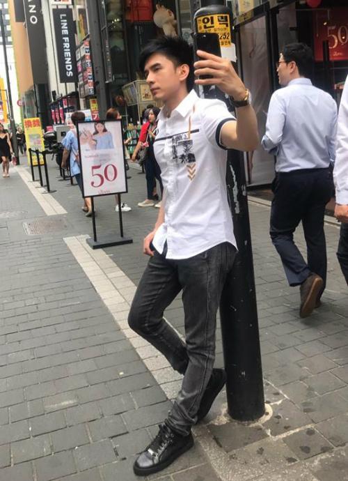 Đan Trường bị bắt quả tang khi đang chụp ảnh trên phố. Anh viết: Có những lúc chụp tự sướng không đẹp bằng bị chụp tự sướng.