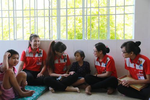 Nhân viên doanh nghiệp tại Nha Trang đến thăm và tặng quà hỗ trợ Trung tâm bảo trợ xã hội tỉnh Khánh Hòa.