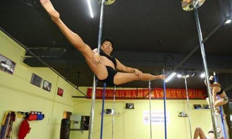 Cụ ông Trung Quốc 69 tuổi vẫn đam mê múa cột